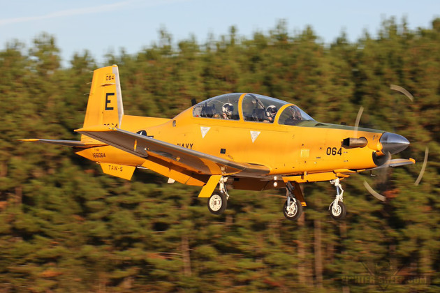 A U.S. Navy T-6B Texan II from TAW-5 on approach to land. (Photo by Antonio G. Moré)