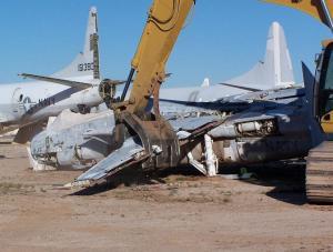 Disposal of F-14 Tomcat, photo credit: www.logsoku.com