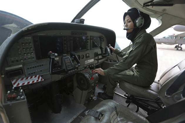 safia-ferozi-afghanistan_female_pilot