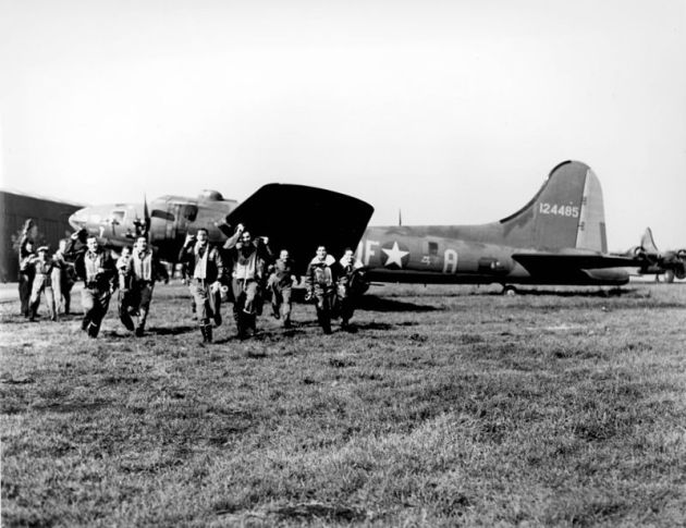 The_crew_of_the_B-17_-Memphis_Belle-