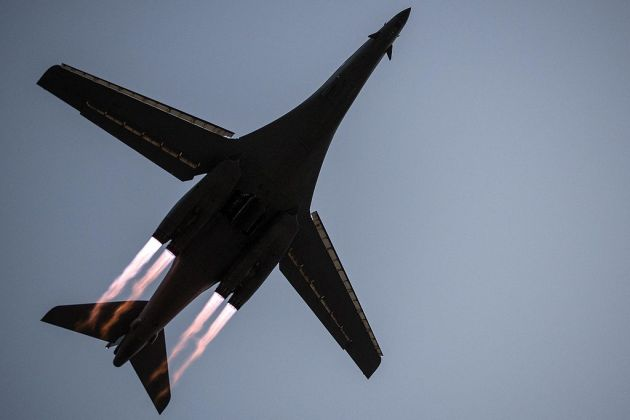 B-1B_Lancer_takes_off_from_Al_Udeid_Air_Base,_Qatar
