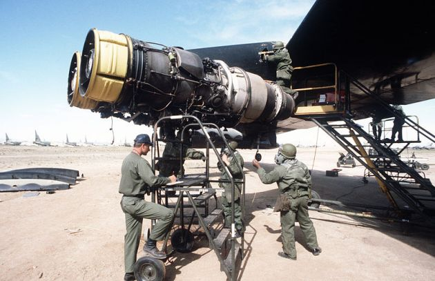 J57_engine-replacement_on_B-52D_1984