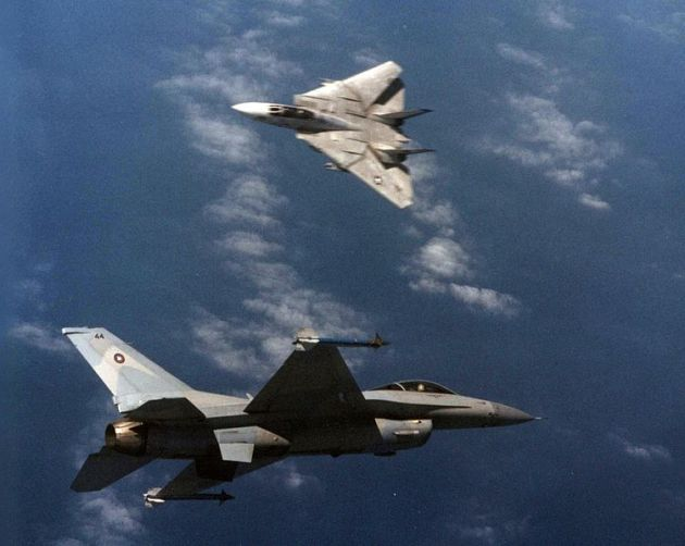 F-14A_Tomcat_of_VF-213_in_dogfight_with_TopGun_F-16N_in_March_1989