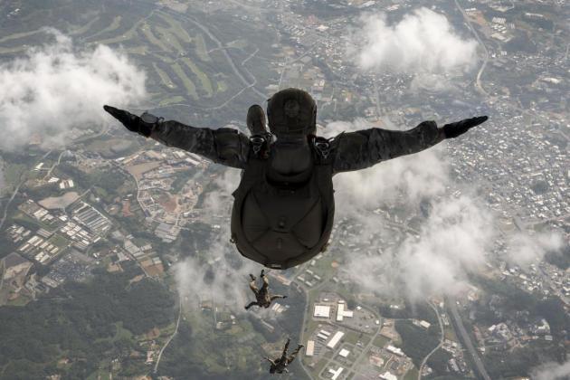 airmen-soldiers-jump-mc-130