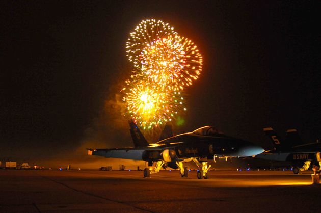 Official_U.S._Navy_Imagery_-_Fireworks_above_the_NAS_Oceana_Air_Show.