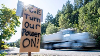 A sign demanding PG&E to turn the power back on.