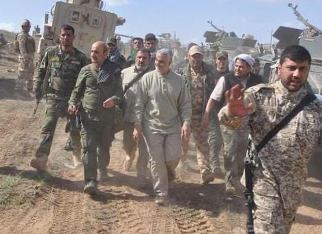 Qasem Soleimani (center) in Iraq in 2015