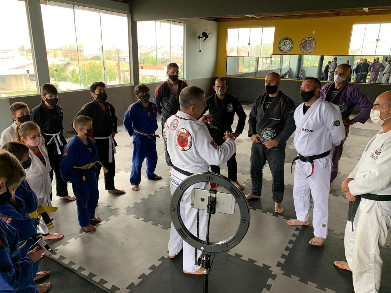 Professor Beto Nunes conversa com Coaches e alunos após a capacitação do Programa Fight & Smart