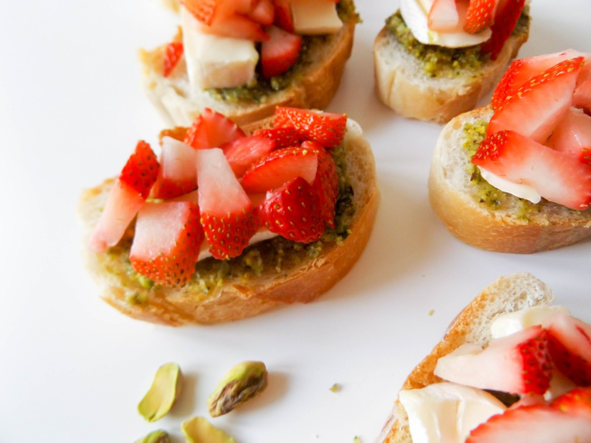 strawberry pistachio pesto crostini (1 of 1)-2
