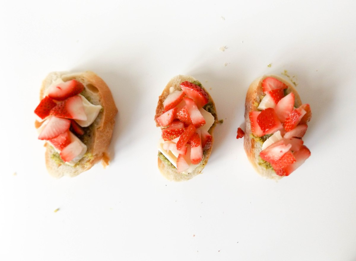 strawberry pistachio pesto crostini (1 of 1)-6