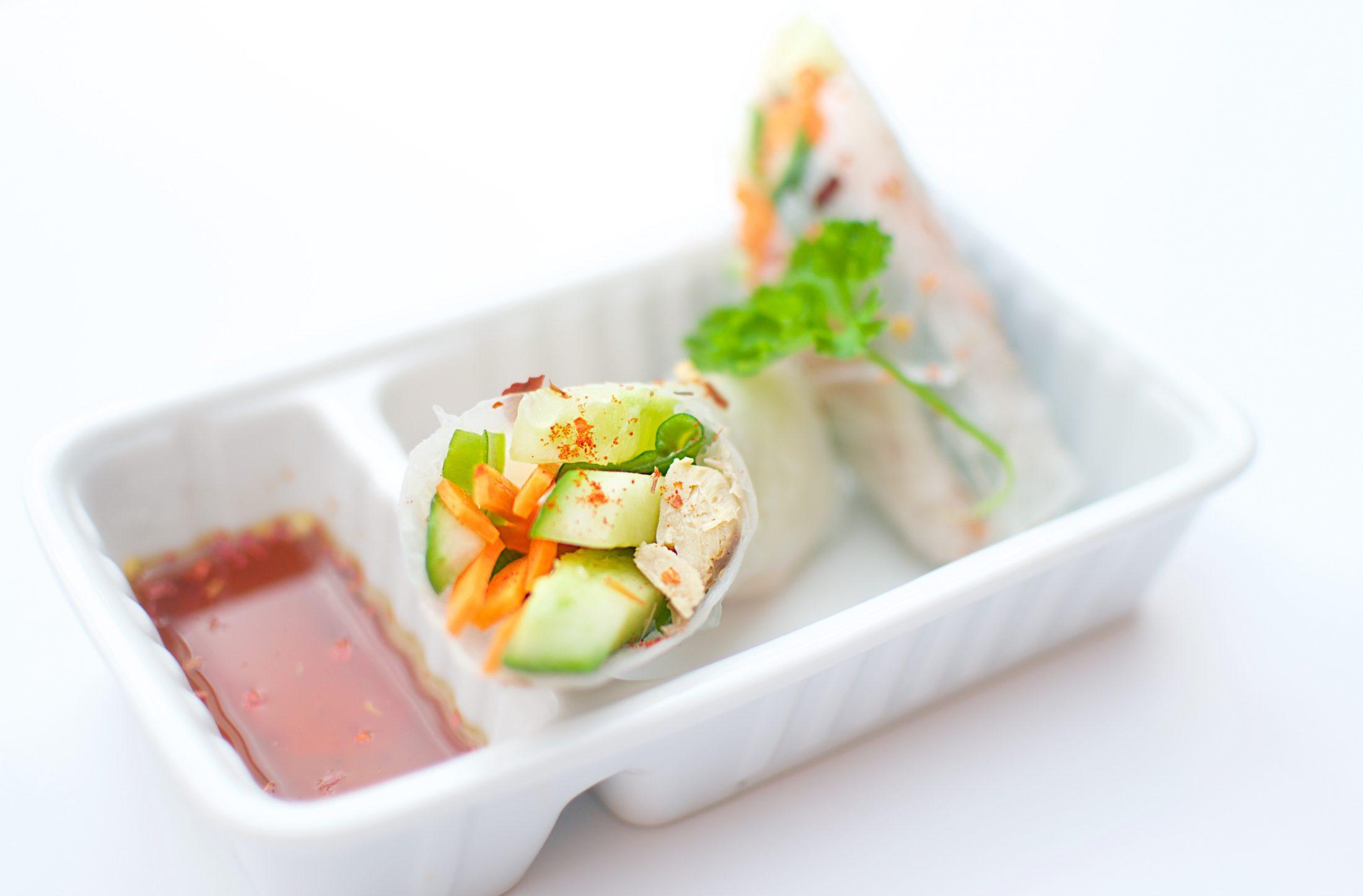 Vietnamese lenterolletjes goi cuon met vis en kip