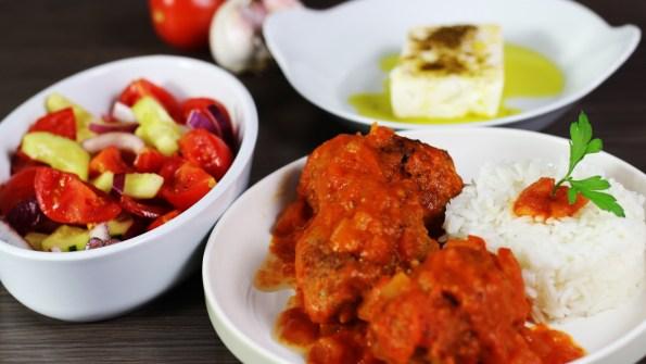 soutzoukakia zijn keftedakia in tomaten saus. gehaktballen