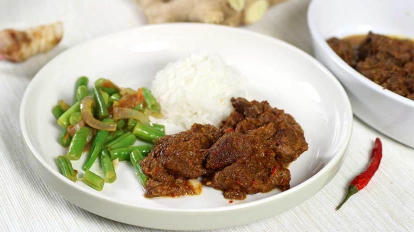 Rendang vlees met rijst en boontjes