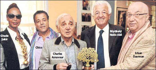 Ermeni asıllı dünyaca ünlü Fransız şarkıcı Charles Aznavour, Altın Çınar Ödülü'nü Fransa'nın başkenti Paris'te aldı