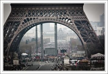 Juste après 15h. Arrivé au Trocadéro, je file sur l'esplanade. Le Champs de Mars est déjà rempli.