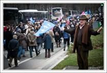 Un manifestant tentant de mobiliser la foule. Celle-ci, après déjà plus de 3 heures de marche et d'attente dans le froid, répond assez peu.
