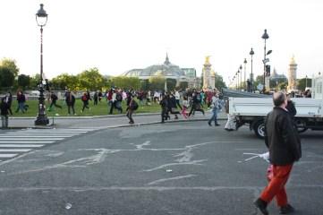 De temps en temps, des coureurs traversent l'esplanade.