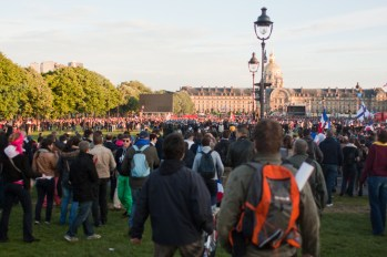 A la faveur d'une charge, les CRS se retrouvent encerclés par les manifestants. Moment de tension extrême.