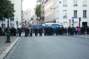 Les rues sont bloquées une à une, pour ne plus laisser ouverte que l'avenue de la Motte-Piquet.