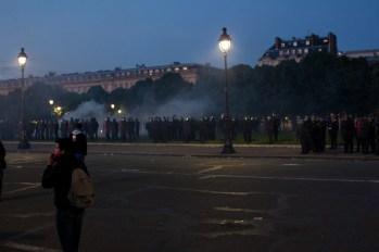 La nuit tombe, les CRS ont reçu suffisamment de renforts pour quadriller l'esplanade et scinder les manifestants en petits groupes.