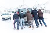 La neige nous force à pousser le véhicule du monastère, aidés par le père de famille serbe à qui ne venons de déposer un paquet.