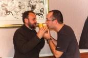 Le pain est rompu à la façon traditionnelle, par l'hôte et son invité, ici un de nos camarades franco-serbe.