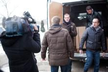 Pour fournir des images à l'équipe de télévision, nous repartons livrer quelques poêles qui restaient. Le refus de la douane de libérer le camion commence à nous inquiéter. Nous avons l'impression de perdre notre temps, alors qu'il y a tant à faire.