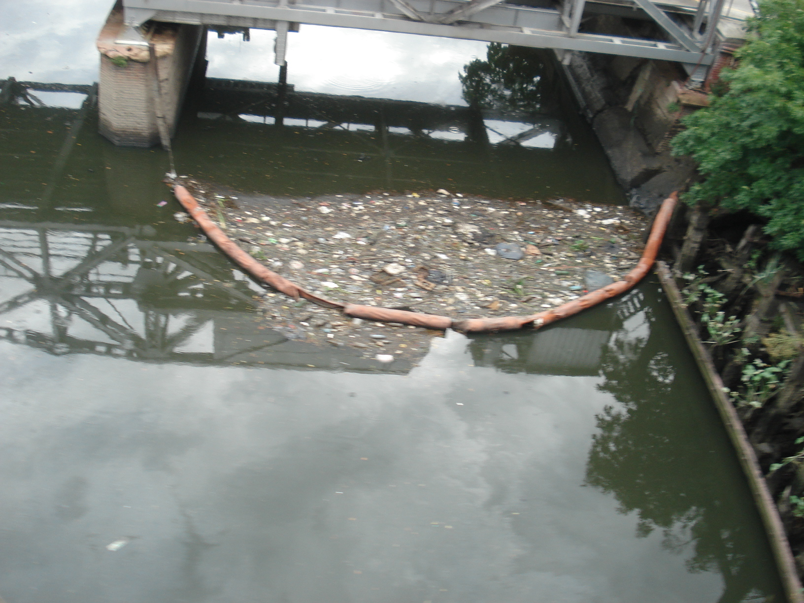 Basura flotante desborda a diario sobre la manguera extendida para evitarlo aun sin corriente.