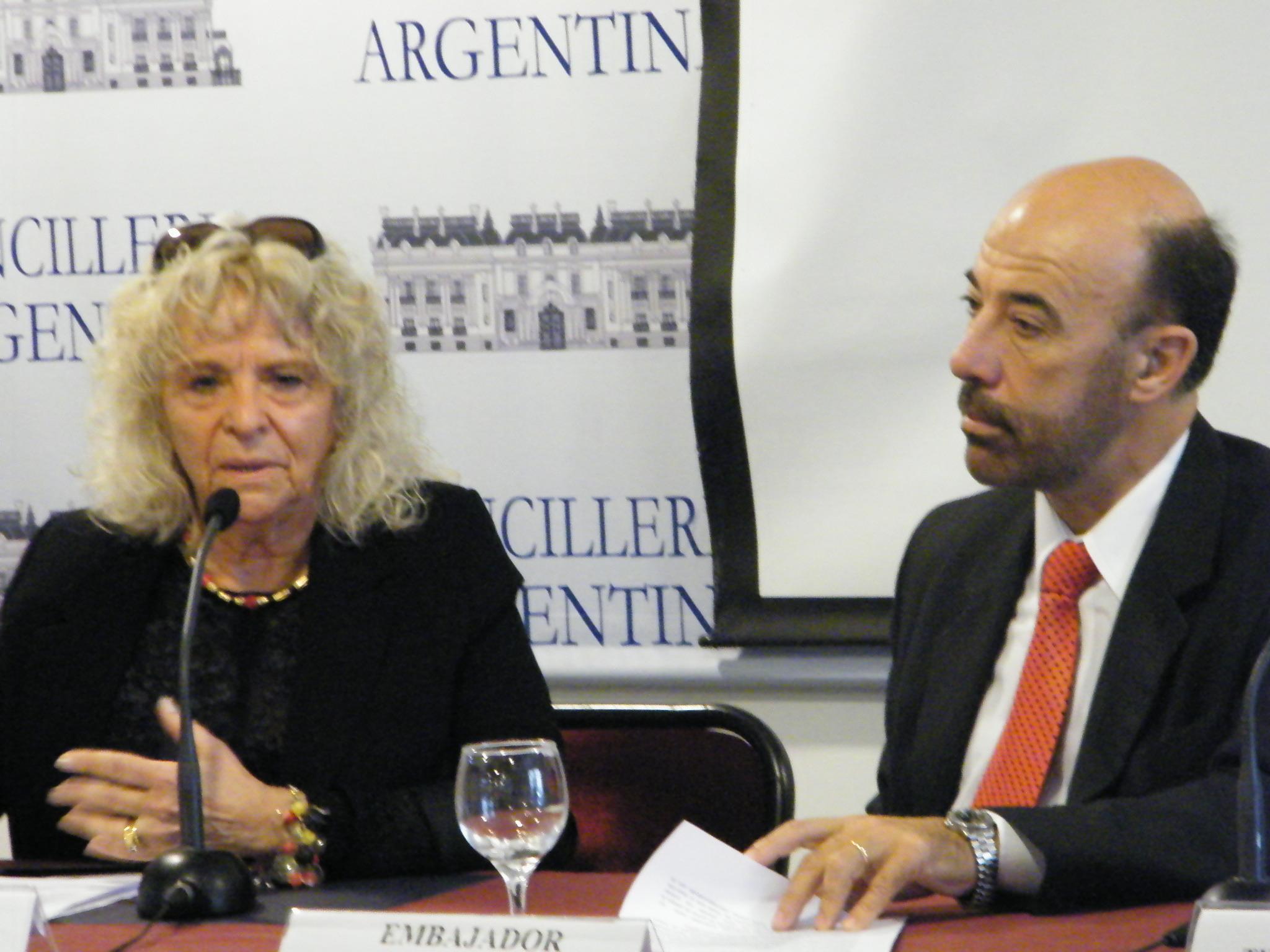 Inició la jornada con la resencia del Embajador, quien se retiró después de las primeras presentaciones.
