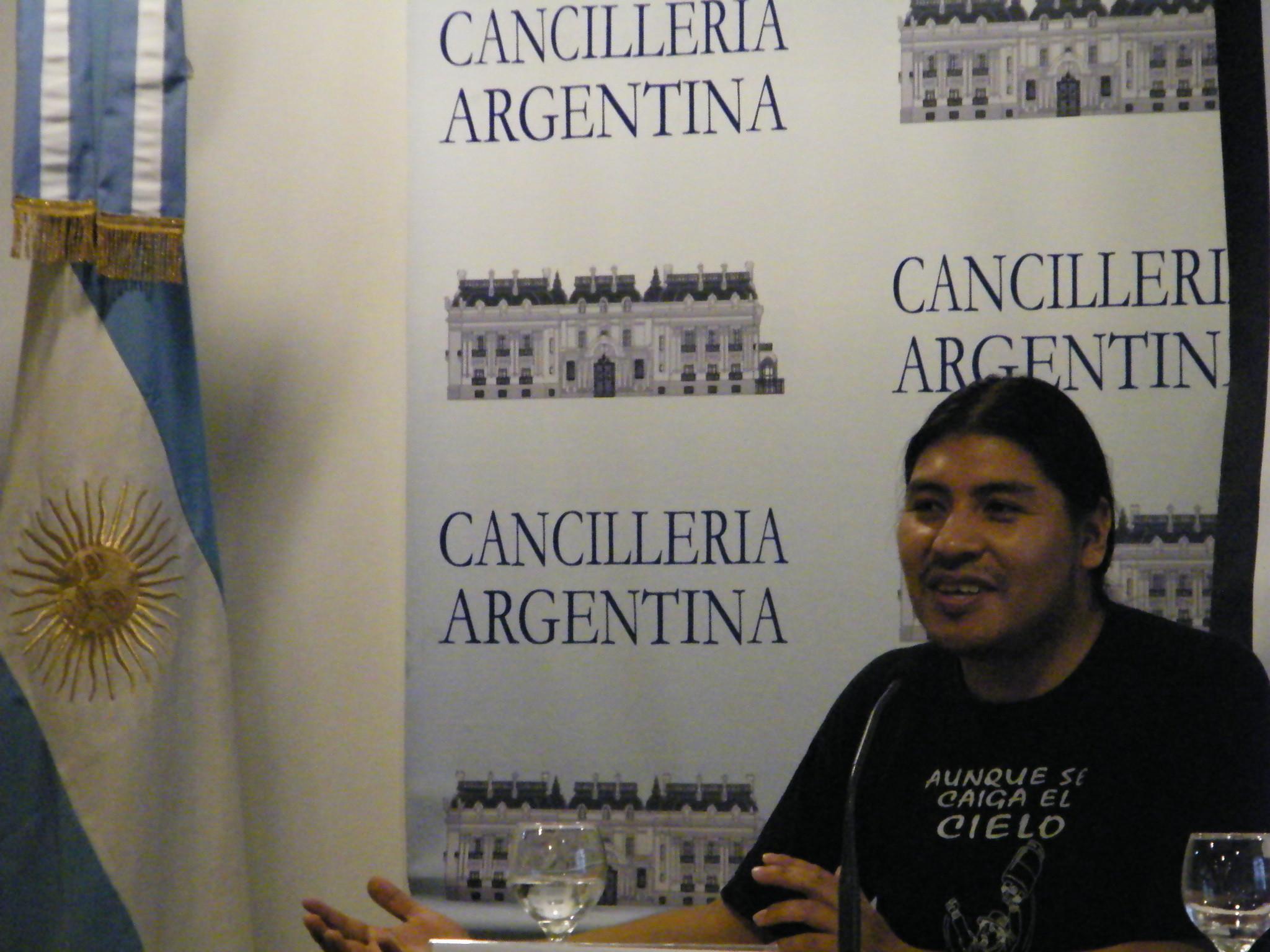 Durante la presentación del video, con posterioridad a la conferencia ofrecida a la audiencia en la Cancillería Argentina.