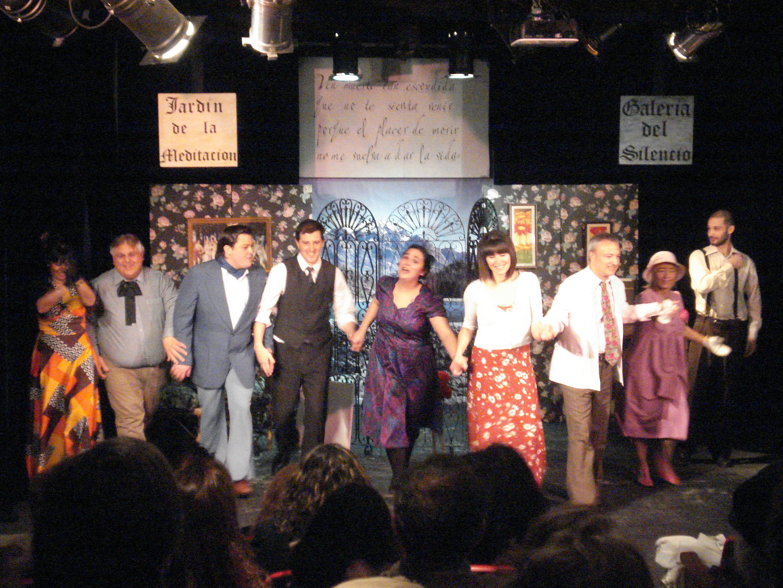 """El elenco de """"Prohibido suicidarse en Primavera"""" saluda al público de La Máscara en un mar de aplausos."""