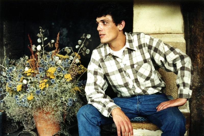 chemise pure laine mérinos à carreaux foncés filature de chantemerle longo mai à côté d'une cheminée avec des fleurs séchées
