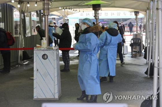 분주 한 서울역 광장 임시 검진 클리닉
