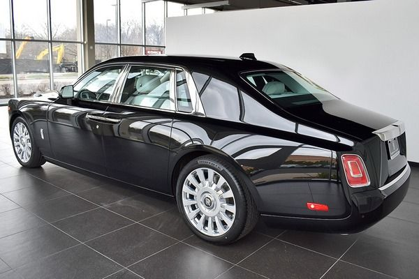 Rolls-Royce-Phantom-angular-rear
