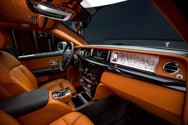Front-seat-Rolls-Royce-phantom-2019