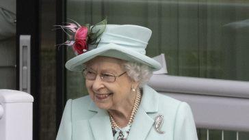 Elizabeth II fait sensation dans un look bleu menthe pour son grand retour aux mondanités