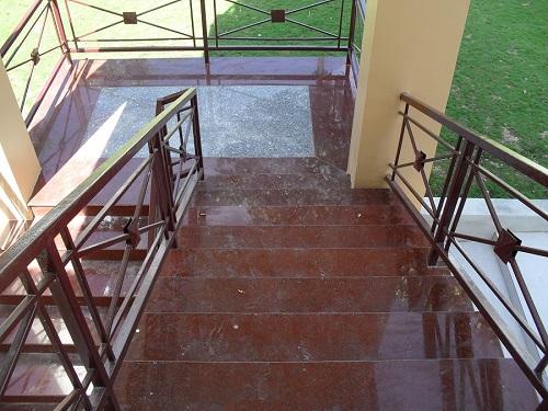 Chọn vật liệu ốp cầu thang ngoài