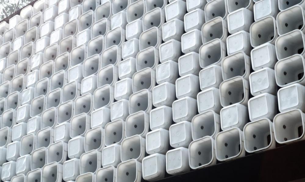 thư viện làm từ hộp kem tái chế