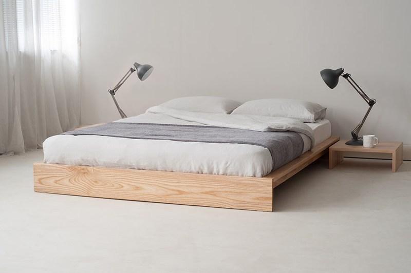 giường bệt bằng gỗ trong phòng ngủ