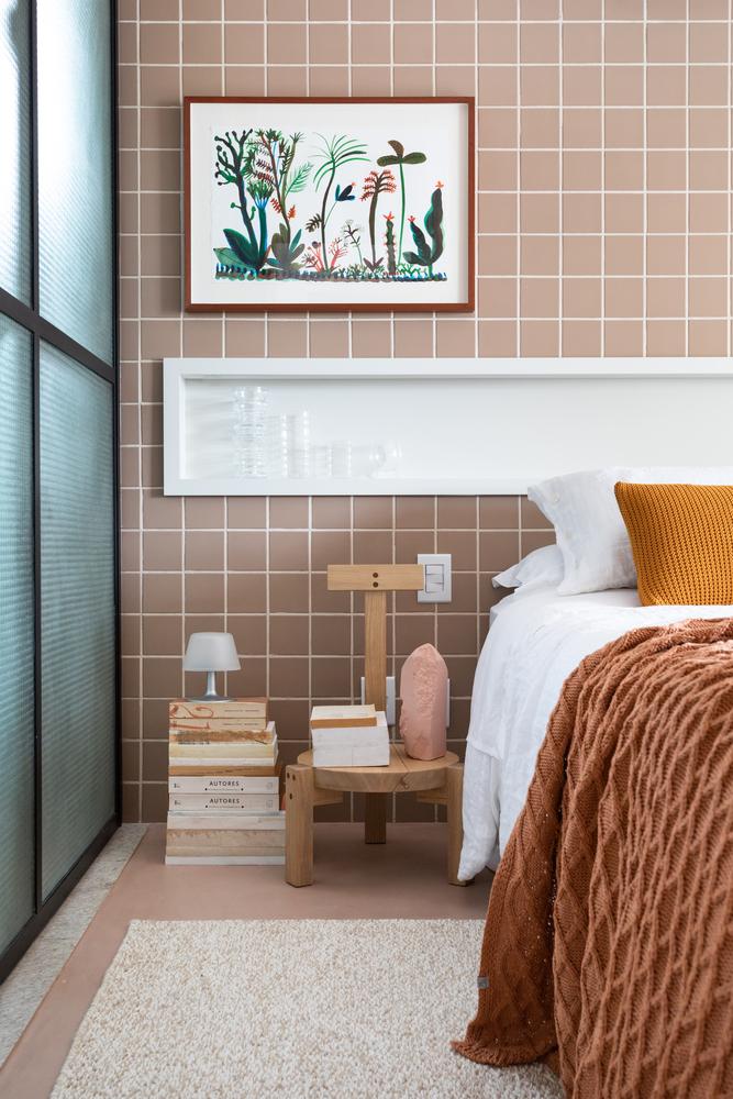 gạch ốp tường phòng ngủ màu hồng đất