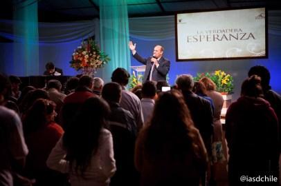 El Pr. Robert Costa invitando a los presentes a aceptar a Jesús en sus vidas. ©Alfredo Müller