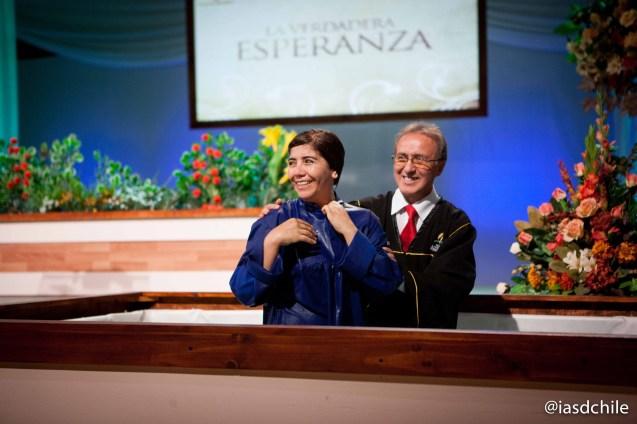 Mucha alegría en los bautismos realizados en la semana de evangelismo en Santiago. ©Alfredo Müller