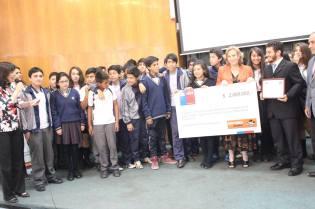 Los alumnos del 7mo B del Colegio Adventista de Copiapó recibiendo el premio por parte de las autoridades nacioneal. ©Misión Norte de Chile