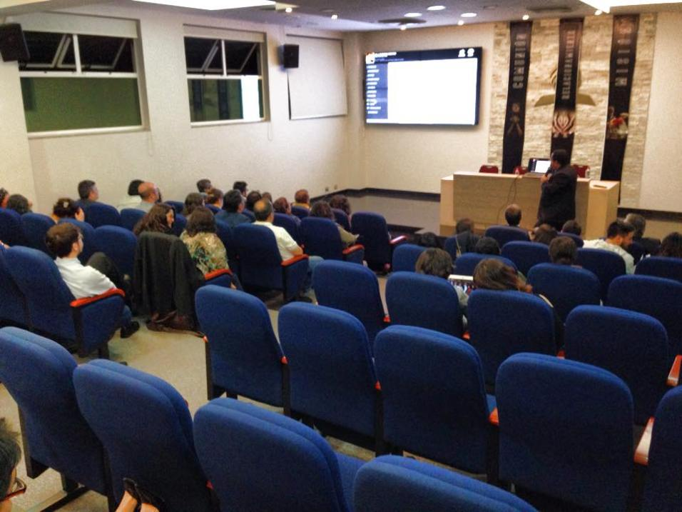 Rodrigo Dias Dorval dirigiendo la capacitación en la sala de conferencias de la Misión Sur Metropolitana de Chile. ©MSMCh