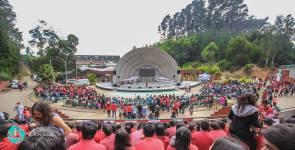 Miles de jóvenes de Concepción, Chile reunidos en un anfiteatro para participar del Día Mundial del Joven Adventista.