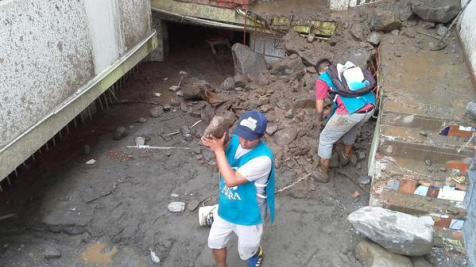 Conquistadores, Aventureros y alumnos de la Universidad Adventista de Perú actúan, también, como voluntarios de ADRA Perú en la zona del desastre.