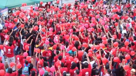 Al finalizar fueron lanzados 300 globos con oraciones dentro de ellos