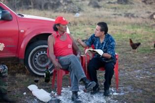 Hermano de Erity Teave junto al pastor adventista, local, Jose Luis Cabrera. Crédito: Alfred Müller
