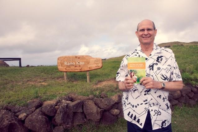 Pastor Ted Wilson sosteniendo un libro Viva con Esperanza en idioma Rapa Nui. Crédito: Alfred Müller