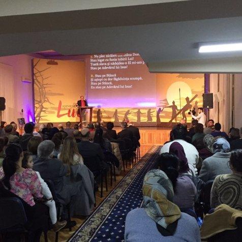 Más de 200 personas asisten a una reunión en el local donde el pastor Ted Wilson dirige los encuentros, en Floresti, Rumania. (Ted Wilson / Facebook)